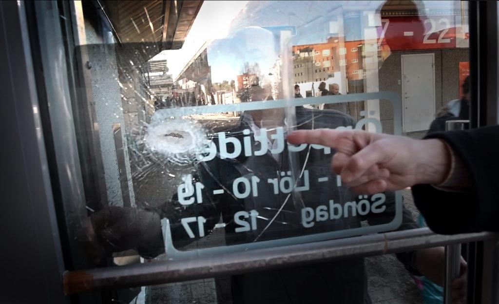 foto : stemat : skotthŒl i entredšrren hos blomsterhandlaren i husby