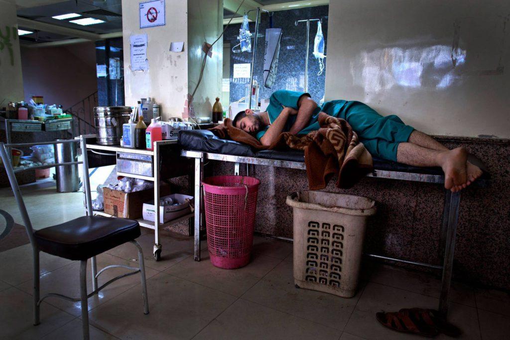 En sköterska passar på att vila lite när det är lungt. Dom flesta som arbetar på sjukhuset bor även där. Foto: NICLAS HAMMARSTRÖM