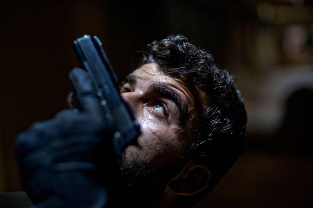 Abdullah Alyasin, soldat i rebellarmén, på utkik efter krypskyttar i Aleppos gamla stad. Foto: NICLAS HAMMARSTRÖM