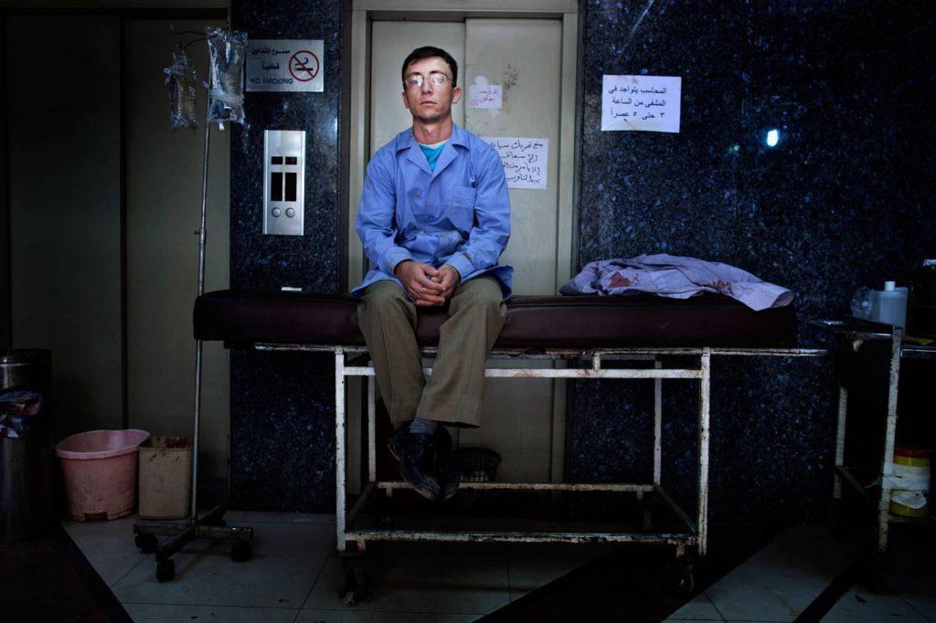 En man i sjukhuspersonalen tar en paus. Patienterna strömmar in till sjukhuset dag och natt, utan uppehåll. Foto: NICLAS HAMMARSTRÖM