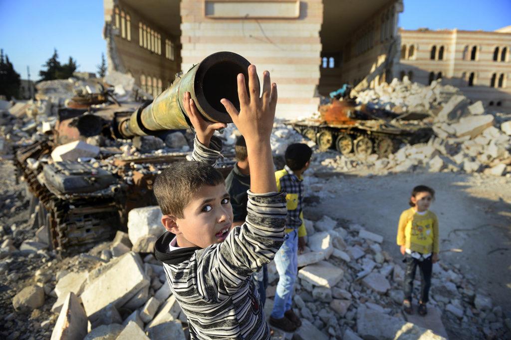 inbördeskriget i syrien. barn leker i ruiner