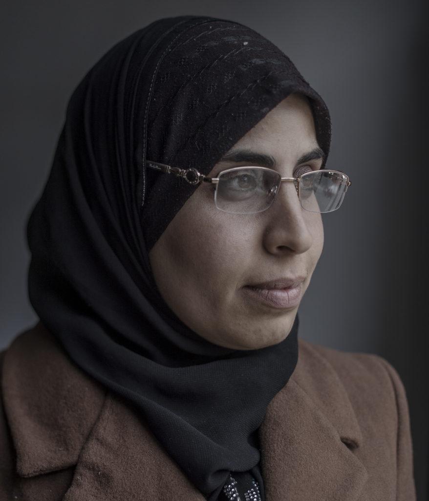 foto : magnus wennman : aftonbladet i syrien.  28-Œriga aisha al-kamel har tagit hand om sex barn ensam sedan hennes make fšrsvann efter offensiven, ?av sŠkerhetsskŠl?, som hon mystiskt beskriver det. hon har bott hos sin far i kallase i tvŒ Œr, och lŠmnade bara hemmet under 20 dagar nŠr offensiven rasade som vŠrst, sŠger hon.
