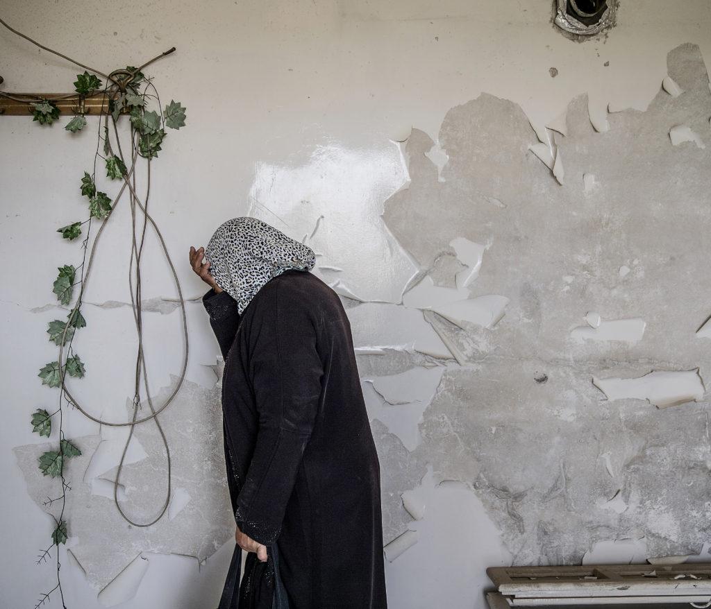 foto : magnus wennman : aftonbladet i syrien.  omrŒdet hanano i utkanten av aleppo. fatme younes ŒtervŠnder fšr fšrsta gŒngen till sitt fšrstšrda hem