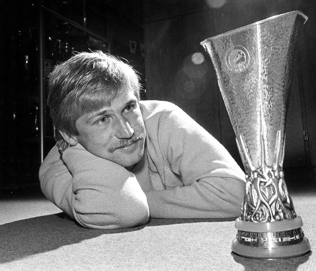 Lennart Nilsson beundrar Uefacup-pokalen. Foto: PETER CLAESSON