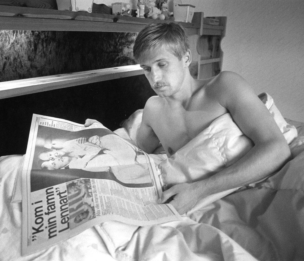 Matchhjälten läser om bragden i Aftonbladet. Foto: JONAS LANNER