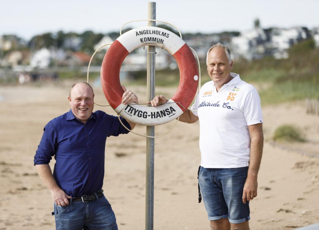 Fredrik Johansson (blå skjorta) och Torgny Viebke på stranden i Skälderviken där de räddade nödställda kanotister.