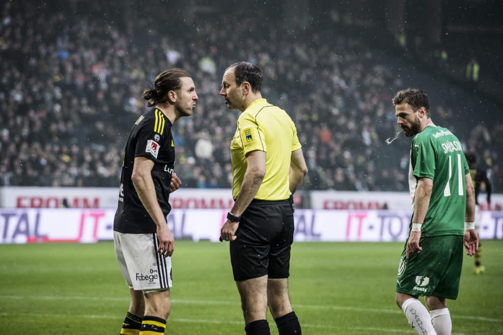 allsvenskan, aik - hammarby if, 1 - 2, nils-eric johansson, fotbollsspelare sverige aik, och jonas eriksson, fotbollsdomare, match action derby arg