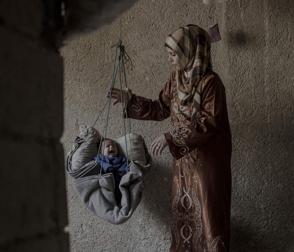 inbšrdeskriget i syrien. mŠnniskorna i flyktinglŠgret jibreen i šstra aleppo har fšrlorat allt under striderna. ali-ali med sin mamma