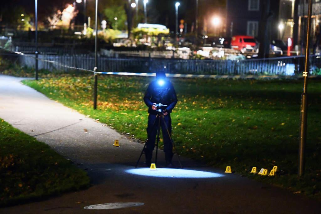 en 21-årige man skjuten till döds i norsborg den 29 oktober 2017. polisen på mordplatsen