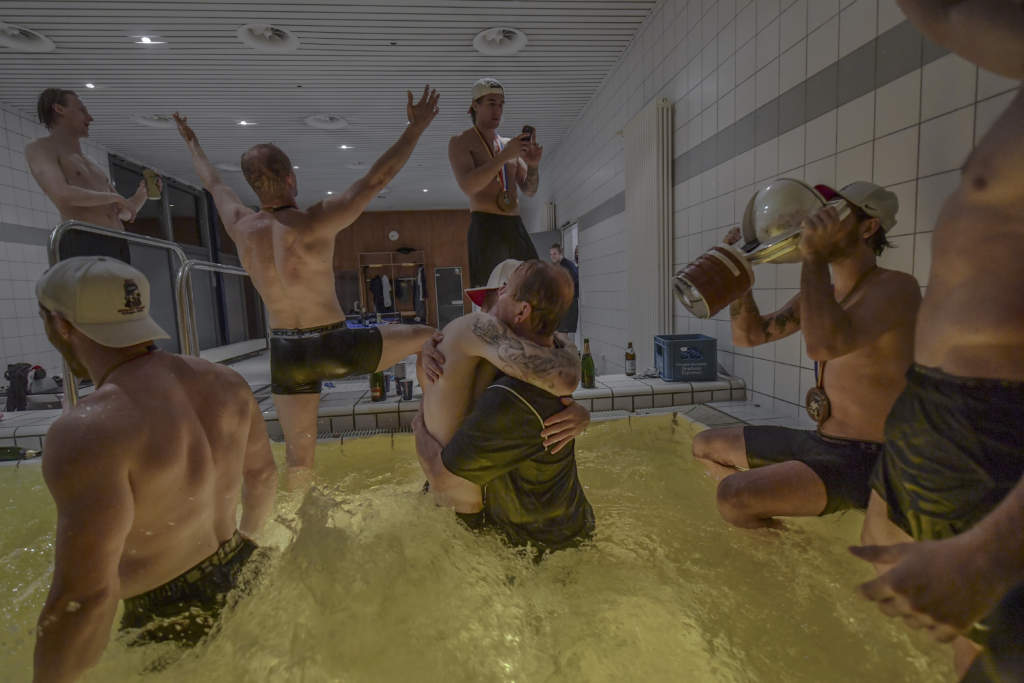vm 2017 i frankrike och tyskland. svenska ishockeylandslaget. spelarna jublar, firar i bubbelpoolen efter seger mot kanada i finalen, pokal, buckla, segergest, tre kronor,