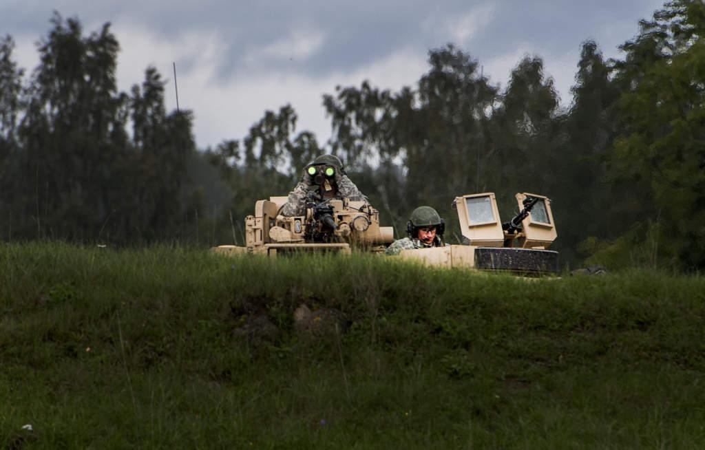 aurora 17. svenska fšrsvaret švar med fšrband frŒn danmark, estland, finland, frankrike, lettland, litauen, norge och usa i mŠlardalen, stockholm, gotland och gšteborg den 11-29 september 2017. det mekaniserade minnesota-kompaniet som tillhšr nationalgardet inom usa:s armé och ett pansarskyttekompani frŒn skaraborgs regementet švar i skšvde
