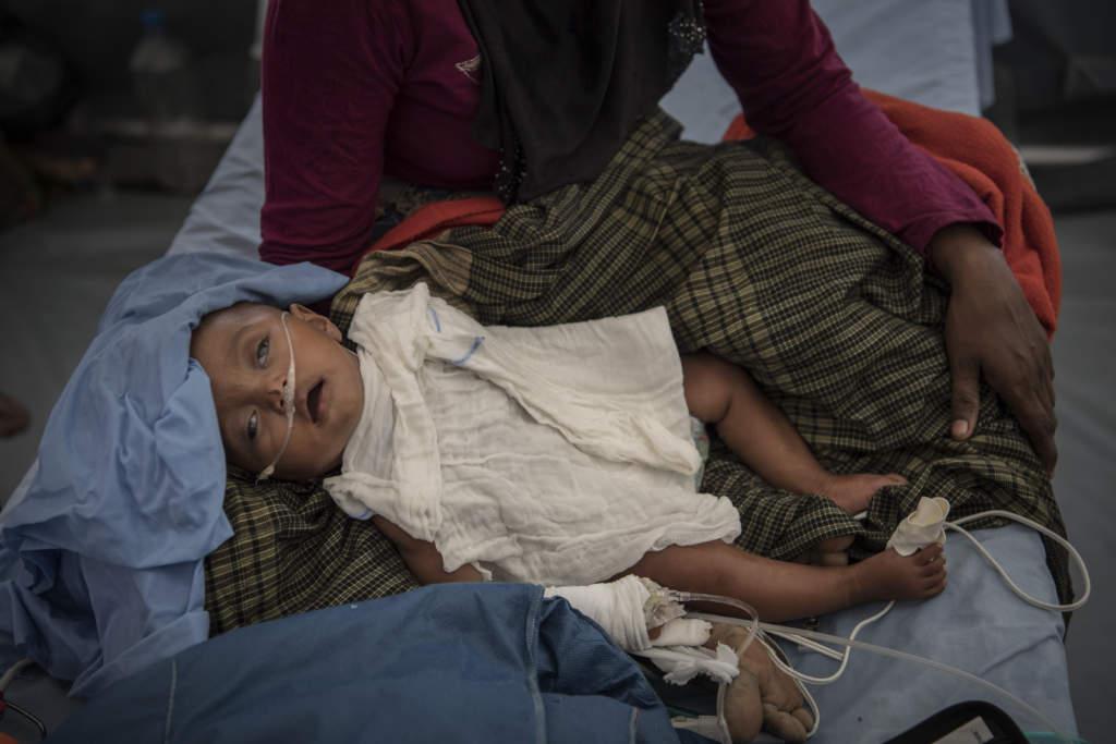 den muslimska folkgruppen rohingya i den burmesiska delstaten rakhine drivs sedan den 25 augusti 2017 pŒ flykt under brutala former av den burmesiska militŠren. lilla asuma Šr nio mŒnader och vŠger knappt fyra kilo. nŒgra timmar efter att bilden tagits dšr asuma.