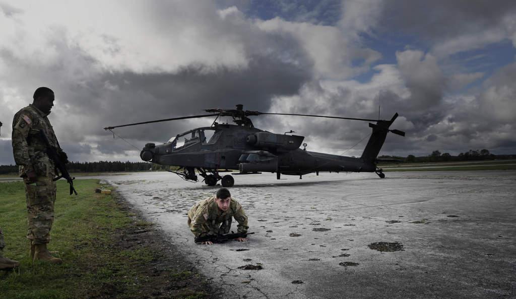 aurora 17. svenska fšrsvaret švar med fšrband frŒn danmark, estland, finland, frankrike, lettland, litauen, norge och usa i mŠlardalen, stockholm, gotland och gšteborg den 11-29 september 2017. amerikanska soldater švar ihop med svenska pŒ gotland, amerikansk attackhelikopter boeing ah-64 apache