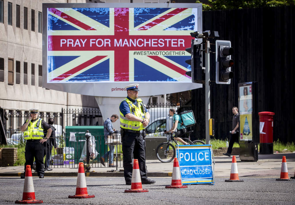 terrordåd i manchester. 22-årige salman abedi utlöste en självmordbomb under en konsert på manchester arena den 22 maj 2017. 23 personer dog och 59 skadades. platsen för dådet, manchester arena