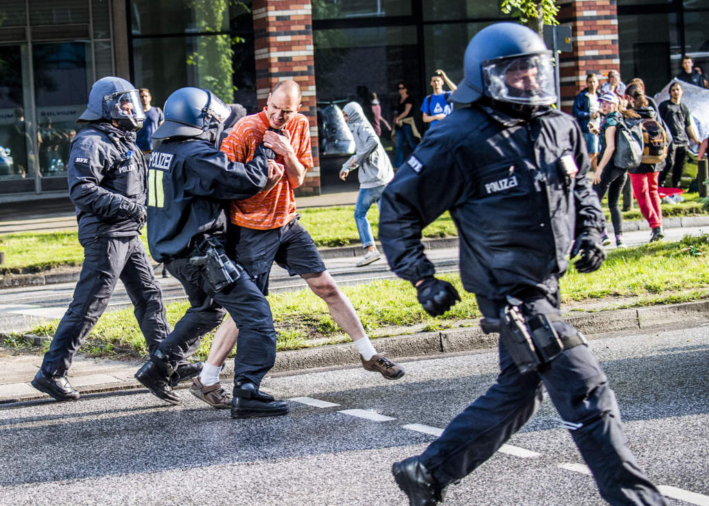 vŒldsamma protester mot g20-mštet i hamburg. demonstranter tagna av polisen,