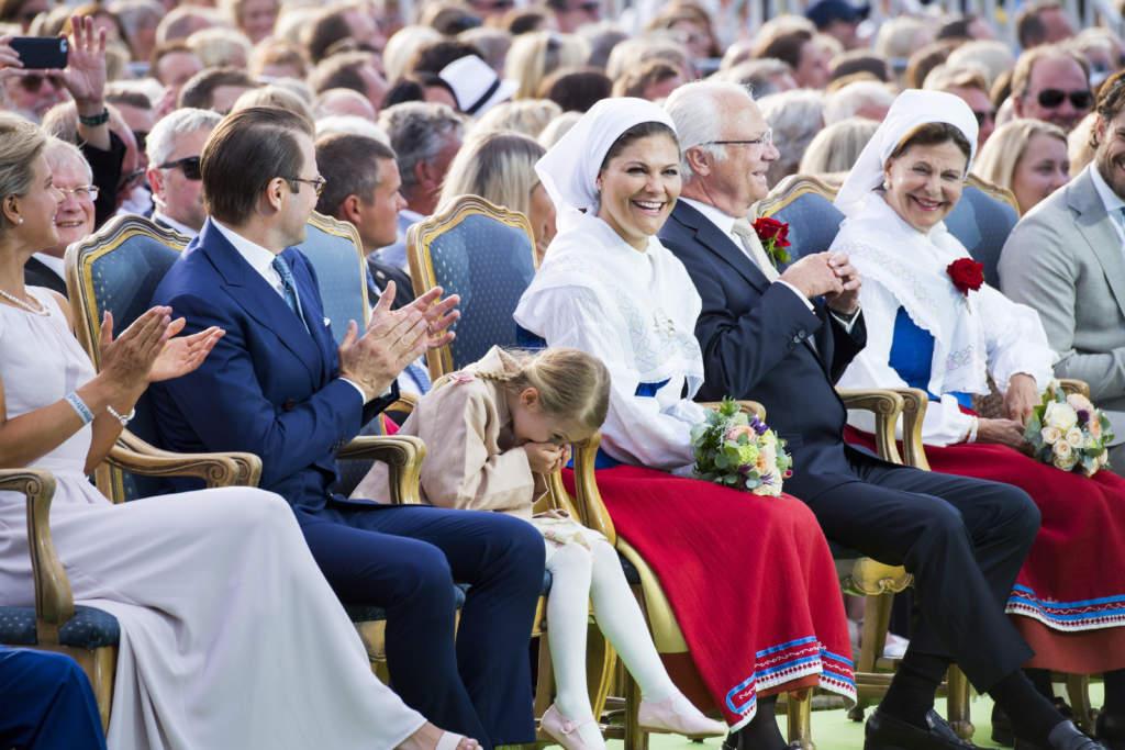 victoriadagen 2017. victoria, prinsessa sverige kronprinsessa firar sin 40-Œrsdag pŒ borgholms ip pŒ šland. tillsammans med jenny rissveds, cyklist mountainbike, daniel, prins, estelle, prinsessa, carl xvi gustaf, kung, silvia, drottning, fšdelsedag, officiellt, familjen, folkdrŠkt, glad, gestikulerar, applŒderar, officiellt barndomsbilder
