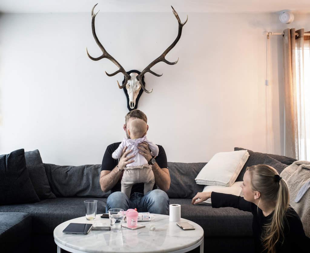 alexander gustafsson the mauler, kampsportare sverige mma, med sin sambo moa johansson och dotter ava, 7 mŒnader, hemma i huset i skogŒs, familjen bostŠder