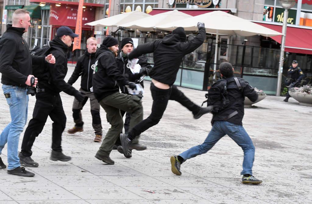 den nazistiska organisationen nordiska motstŒndsršrelsen, nmr har en icke tillstŒndsgiven demonstration i centrala stockholm. tumult pŒ medborgarplatsen.