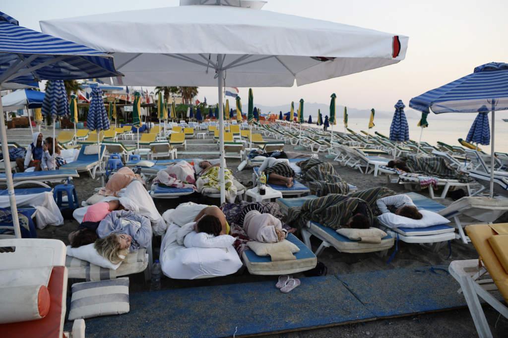 jordbävning på ön kos i grekland där en svensk dog. tylösand beach club där folk sover på solstolar utomhus,