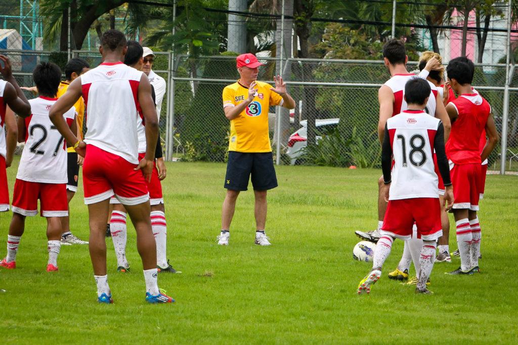 Svennis har flera erfarenheter av att träna lag i Asien utöver Shenzhen, Här i thailändska Bec Tero Sasana F.C. 2013. Foto: DENNIS THERN
