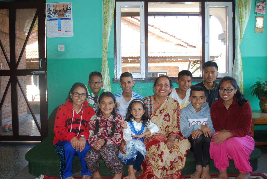 Dibya tillsammans med sin SOS-familj. Familjerna består i regel av högst tio barn, men eftersom man aldrig separerar biologiska syskon från varandra händer det att familjerna är större.