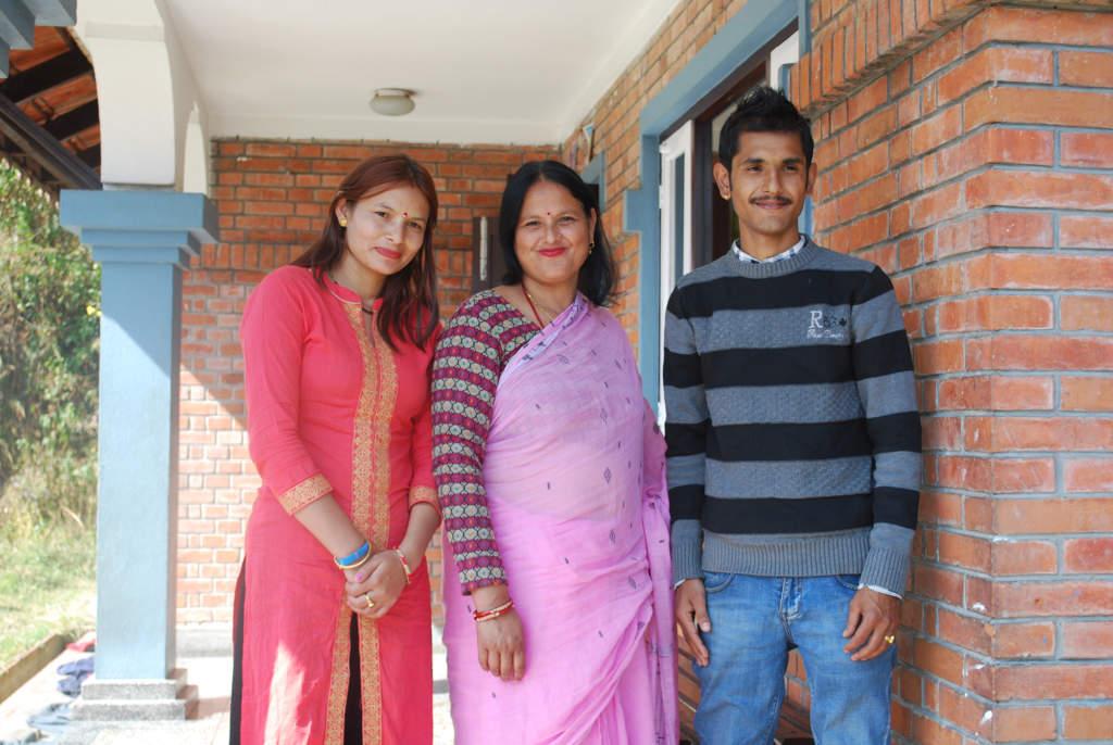 Amul Thapa växte upp i SOS barnby i Kavre och besöker regelbundet sitt barndomshem. Här är han med sin SOS-mamma och sin hustru (vänster).