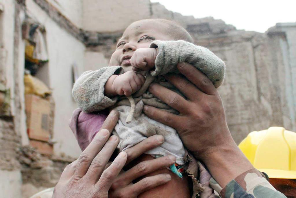 Amul Thapa växte upp i en av SOS barnbyar i Nepal och jobbar numera som fotojournalist. Han tog de ikoniska bilderna på Soonish, 4-månadersbebisen som mirakelräddades ur rasmassorna efter jordbävningen i Nepal 2015. Foto: Amul Thapa