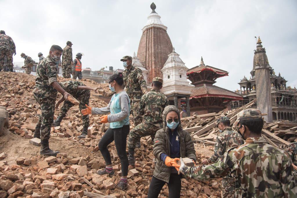 Ungefär 9 000 människor dog och 22 000 skadades i katastrofen. 3,5 miljoner blev hemlösa.